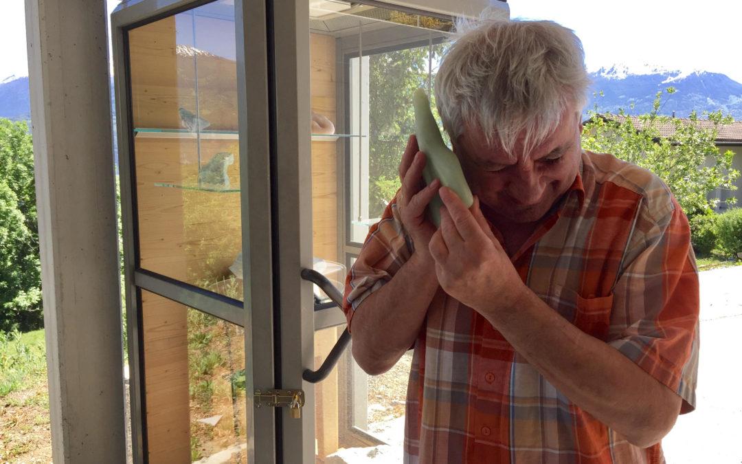Claude Lonfat: ses sculptures, sa cabine téléphonique